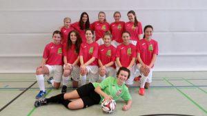 maedchen-fussballmannschaft_kniend_2